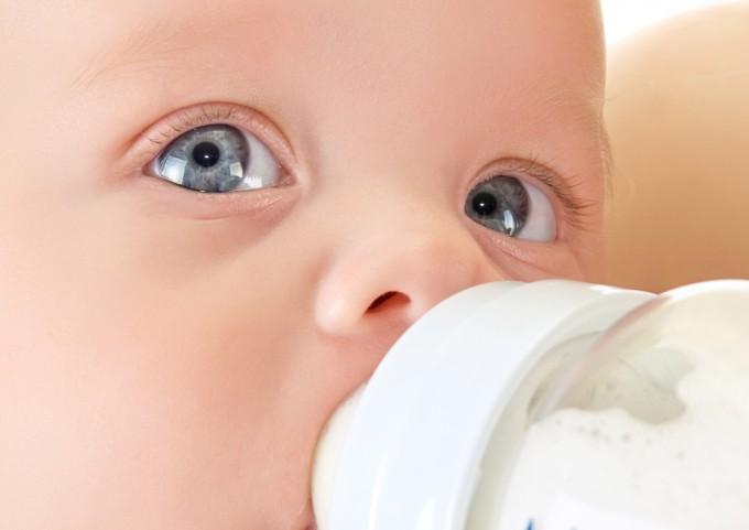 플라스틱인 폴리프로필렌(PP)으로 만든 유아용 젖병으로 분유를 타는 과정에서 최대 5500만 개의 미세플라스틱이 나올 수 있다는 연구가 발표됐다. 트리니티대 제공