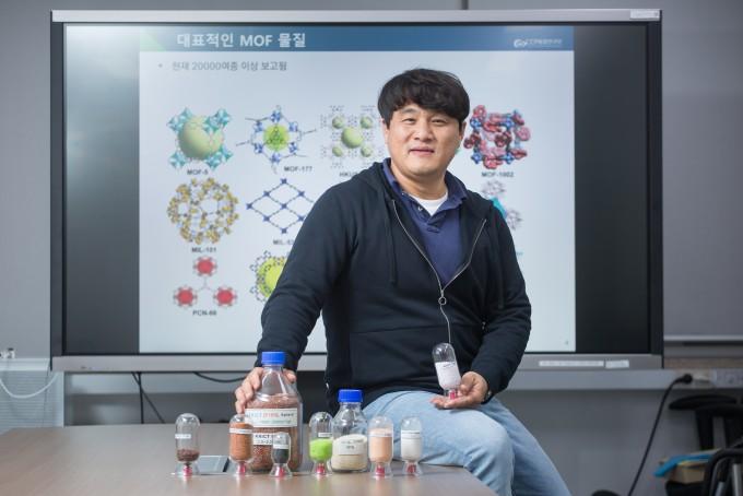 직접 개발한 금속 유기 골격체(MOF)와 포즈를 취하고 있는 이우황 한국화학연구원 CCP 융합연구단 올레핀분리팀 팀장. 남윤중 제공