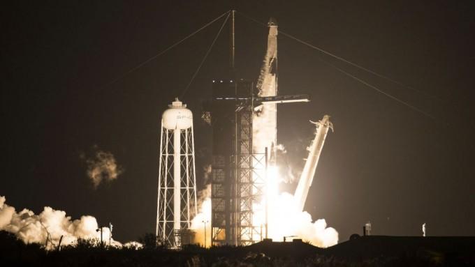 한국 시간 16일 오전 9시 27분 우주인 4명을 태운 우주선이 탑재된 스페이스X의 팰컨9 로켓이 발사되고 있다. NASA 제공.