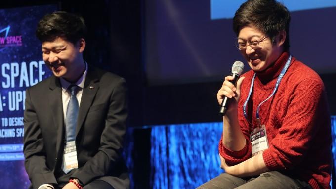 문창근 로텀 대표(오른쪽)와 조남석 대표가 13일 서울 이태원 블루스퀘어 카오스홀에서 열린 뉴스페이스코리아 업리프트에서 진행된 라운드테이블에서 활짝 웃고 있다. 박근태 기자 kunta@donga.com