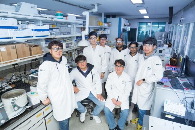 흡착식 냉난방기에 필요한 흡착제인 금속 유기 골격체(MOF)를 개발한 하이브리드 인터페이스기반 미래소재연구단 소속 한국화학연구원 올레핀분리팀. 남윤중 제공