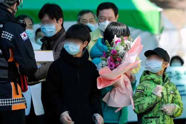 광주 남구 빛고을 전남대병원에서 치료를 받던 코로나 바이러스 확진 가족 4명이 완치돼 퇴원하고 있다. 연합뉴스 제공