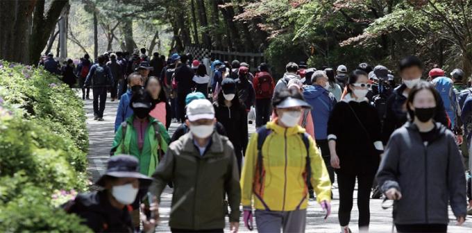 마스크를 착용한 채 관악산에 오르고 있는 시민들의 모습이다. 연합뉴스 제공