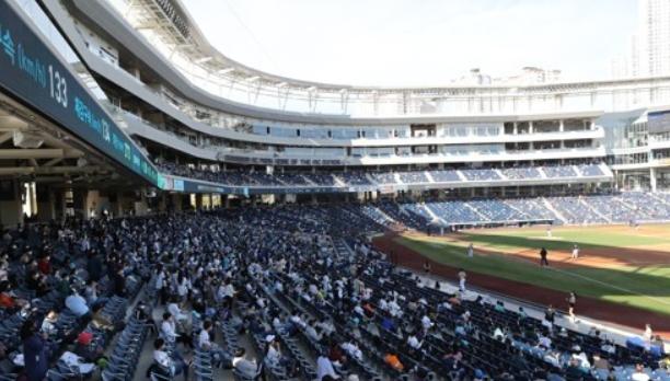 거리두기 1단계로 야구장 찾은 시민들. 연합뉴스 제공