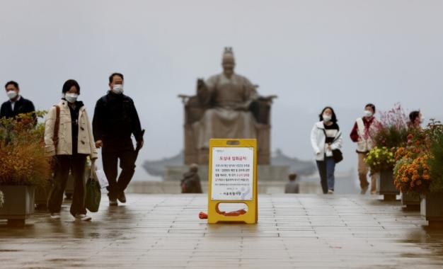 정부가 사회적 거리두기를 기존의 3단계에서 5단계로 세분화하겠다고 밝힌 1일 오후 서울 종로구 광화문광장에 도심내 집회금지 안내문이 놓여 있다. 연합뉴스 제공