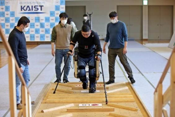 보행 돕는 외골격 로봇 '워크온슈트 4'  금빛 보행 나선다