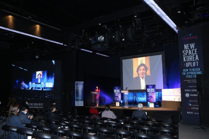 프랑소와 쵸파르 스타버스트 대표가 12일 서울 블루스퀘어에서 열린 뉴스페이스코리아 업리프트 개최를 기념해 화상 통화로 인사말을 전하고 있다. 뉴스페이스코리아업리프트 제공