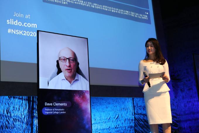 데이브 클레멘츠 영국 임페리얼 칼리지 런던 천체물리학과 교수 13일 서울 용산구 블루스퀘어 카오스홀에서 열린 '뉴스페이스코리아 업리프트 2020'에서 발표를 하고 있다.  뉴스페이스코리아업리프트 제공