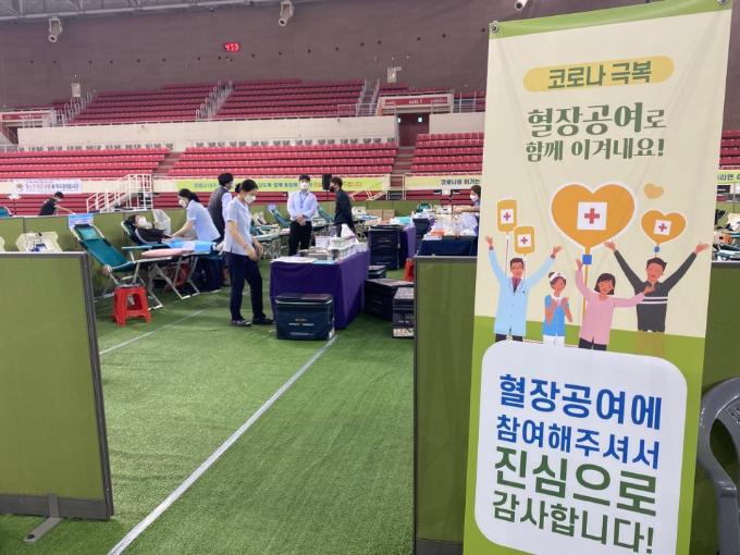 혈장 공여자들이 27일 대구 수성구 대구육상진흥센터에서 혈장공여에 참여하고 있다.