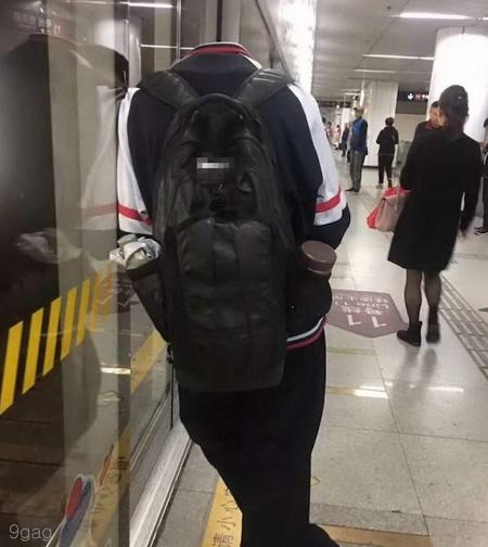지하철에서 포착한 '머리 없는 사람'