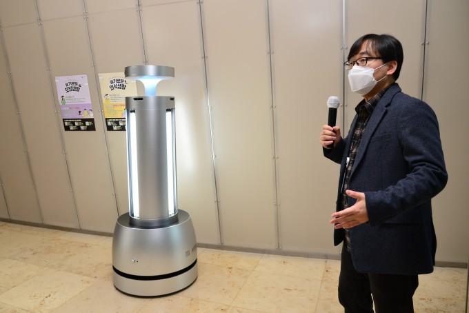 김강건 KIST 선임연구원이 방역로봇을 소개하고 있다. KIST 제공.