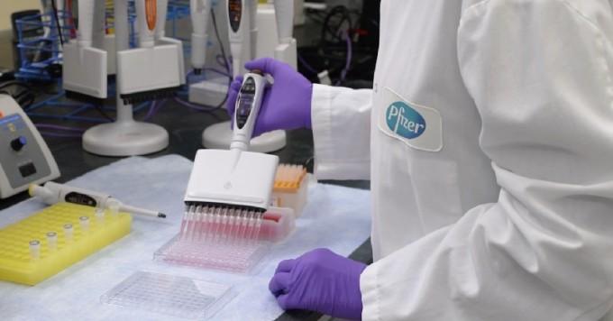 화이자 연구원이 백신 후보물질을 개발하고 있다. 화이자 트위터 캡쳐