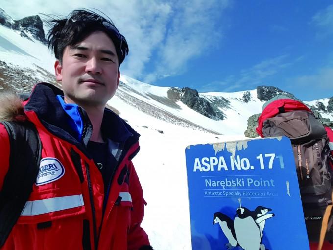 남극특별보호구역의 ′펭귄 마을′에 도착한 김정호 수의사.  펭귄의 건강을 해치지 않도록 진찰하는 역할으 맡았다. 김정호 제공