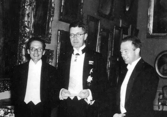 슈뢰딩거(왼쪽)와 하이젠베르크(오른쪽), 스웨덴 왕(가운데). 1933년 노벨상 수상식의 모습이다. 출처 미국 물리학회