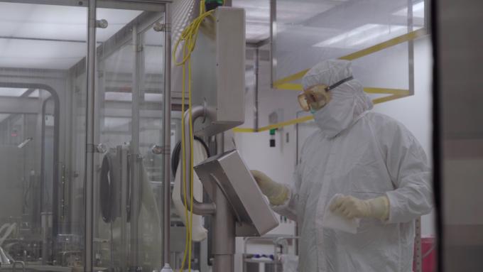 아스트라제네카 연구팀이 백신 대량생산시설을 시험하고 있다. 아스트라제네카 제공
