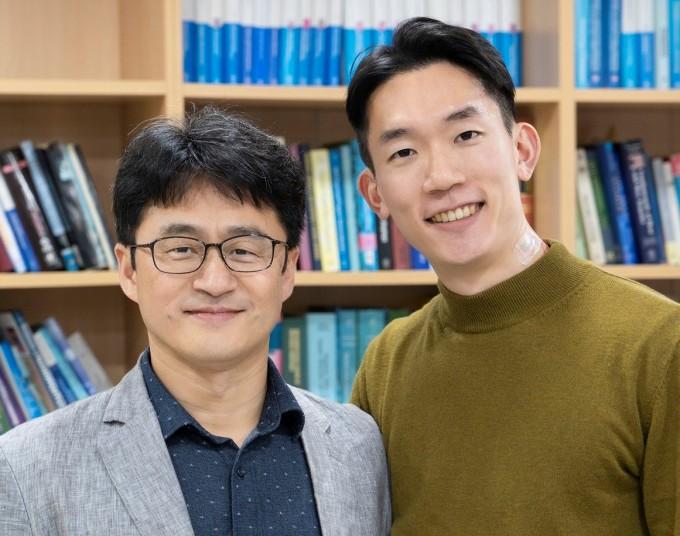 정운룡 포스텍 신소재공학과 교수(왼쪽)와 유인상 박사후연구원(오른쪽), 제난 바오 미국 스탠퍼드대 교수 공동연구팀은 온도와 힘을 동시에 측정할 수 있는 다기능성 이온 전자피부를 세계 처음으로 개발했다