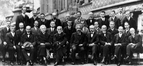 1927년에 벨기에에서 열렸던 솔베이 회의의 사진. 역사적인 물리학자들이 양자역학에 대해 토론했던 이 회의는 아직도 물리학계의 전설처럼 남아있다. 회의 참석자 29명 중 17명이 노벨상을 받기도 했다. 책과얽힘에는 이 역사적 사진이 크게 걸려있다. 위키피디아 제공