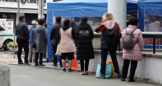 18일 서울 도봉구보건소에 마련된 신종 코로나바이러스 감염증(코로나19) 선별진료소에서 시민들이 검사를 위해 줄을 서고 있다. 연합뉴스 제공