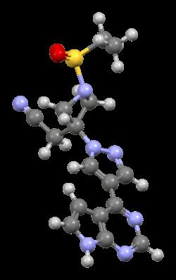바리시티닙의 분자구조를 표시했다. 야누스인산화효소(JAK)를 억제하는 기능을 갖고 있으며 류머티즘 치료제로 사용되고 있다. 최근 이 약이 코로나19 치료제 후보물질로 중증 환자 치료에 효과가 있다는 임상시험 결과가 나왔다. 위키미디어 제공