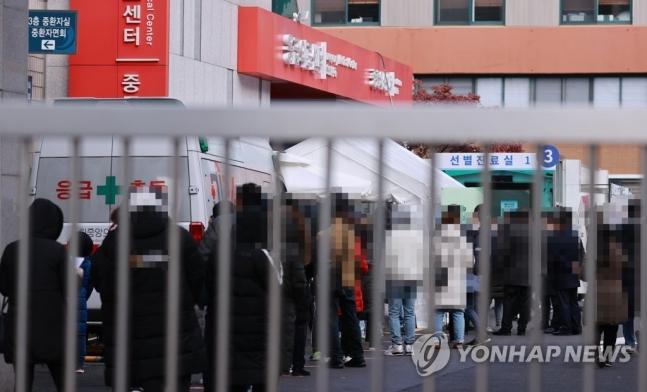29일 서울 중구 국립중앙의료원에 마련된 신종 코로나바이러스 감염증 선별진료소를 찾은 시민들이 검체 채취를 위해 순서를 기다리고 있다. 연합뉴스 제공
