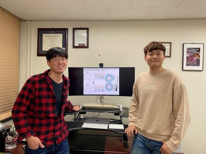 연구를 이끈 김재경 KAIST 수리과학과 교수(왼쪽)과 김대욱 연구원이 한 자리에 모였다. KAIST 제공