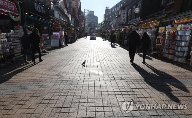 거리두기 2단계를 앞둔 23일 오후 서울 마포구 홍대 앞 거리. 정부는 국내 인구의 절반이 밀집한 수도권의 코로나19 확산세가 심상치 않다는 판단에 따라 수도권의 ′사회적 거리두기′를 24일 0시부터 2단계로 상향 조정키로 했다. 연합뉴스 제공