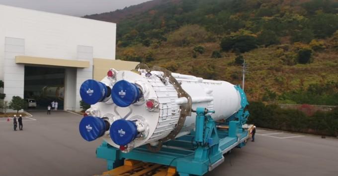 한국형발사체 누리호 1단 인증모델(QM)이 최근 전남 고흥 외나로도 나로우주센터에서 조립을 마치고 연소시험을 위해 종합연소시험장으로 이송되는 모습이 공개됐다. 추력 75t급 액체엔진 4기를 하나로 묶어 추력 300t을 내는 1단 로켓은 12월부터 수류시험에 들어가 1월 중순쯤 본격적인 연소시험에 들어갈 예정이다.