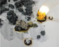 황금 동전 실험에 사용한 아연 덩어리에서 화재가 발생하는 모습 (노란색은 소듐의 불꽃 색깔). 국립과학수사연구원 부산연구소 제공