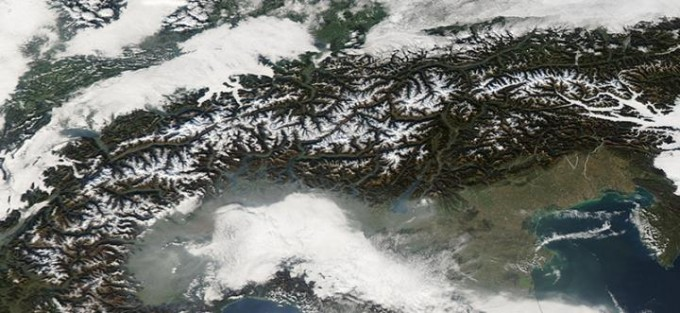 스위스 지역에 끼인 안개와 연무를 위성으로 촬영한 사진이다. 안개와 연무는 초미세먼지를 포획하는데, 이런 초미세먼지가 코로나19 감염률과 치명률을 높일 수 있다는 연구결과들이 쌓이고 있다. 미국항공우주국(NASA) 제공