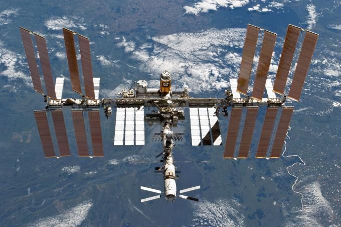 지구 저궤도를 도는 국제우주정거장(ISS)이 이달 2일 우주인이 거주한지 만 20년이 됐다. 과거에는 정부 주도 우주 개발의 상징이었던 ISS가 지금은 민간 상업화의 물결을 타고 있다. NASA 제공