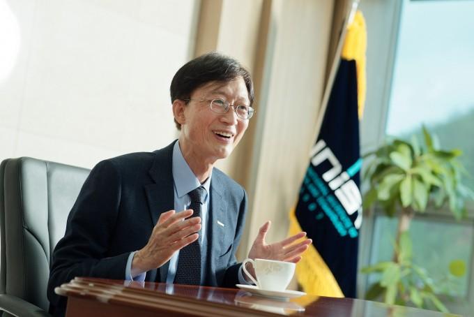 이용훈 UNIST 총장은 창업의 자유로움과 우수한 논문 실적이 UNIST의 장점이라고 소개했다. UNIST 제공