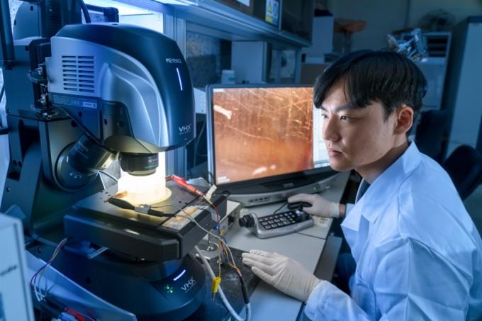 한금재 석사과정 연구원이 전자현미경으로 양극재의 입자 모양을 관찰하고 있다. 입자 모양이 구에 가까울수록 질량 대비 부피가 작아 배터리에 물질을 많이 넣을 수 있다. 이규철