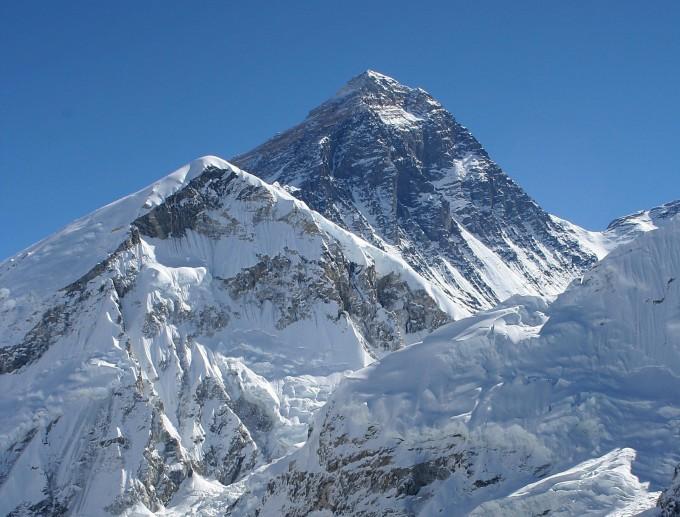 중국과 네팔의 국경에 위치한 세계 최고봉 에베레스트의 높이가 m로 정해졌다. 위키피디아 제공