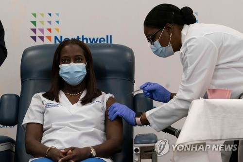 미국 첫 백신 접종은 자메이카 출신 간호사…