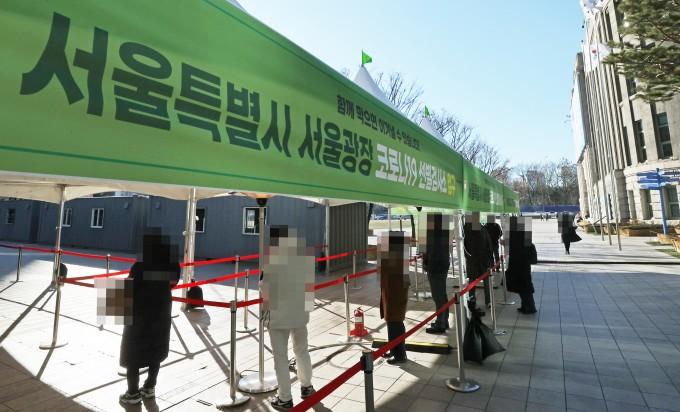 17일 오후 서울 중구 태평로 시청 앞 서울광장에 마련된 신종 코로나바이러스 감염증(코로나19) 임시 선별검사소에서 시민들이 검사를 받기 위해 차례를 기다리고 있다. 연합뉴스 제공