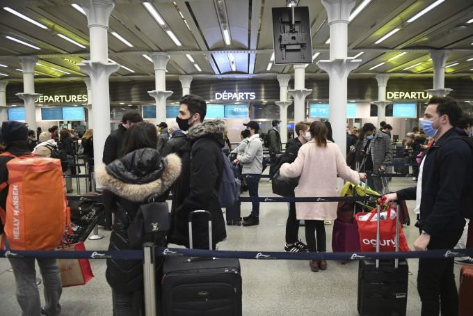 20일(현지시간) 영국 런던의 세인트판크라스역이 프랑스 파리행 마지막 기차 탑승을 기다리는 인파로 북적이고 있다. 영국이 변종 신종 코로나바이러스 감염증(코로나19) 확산으로 수도 런던을 비롯한 일부 지역에 대한 긴급 봉쇄를 단행한 가운데 프랑스 등 다른 유럽 나라들도 변종 유입 등을 차단하기 위해 영국발 여행 제한 조치에 잇따라 나서고 있다. AP뉴스/연합뉴스 제공