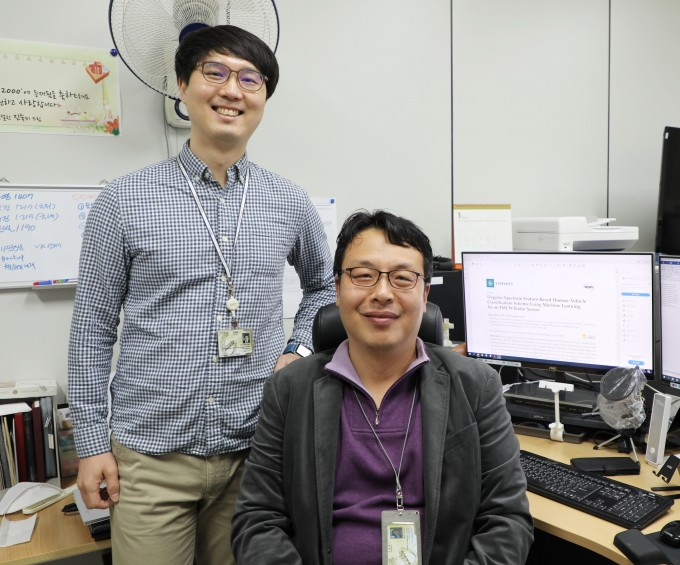 미래자동차연구부 현유진 박사(오른쪽), 제2저자인 진영석 연구원(왼쪽)