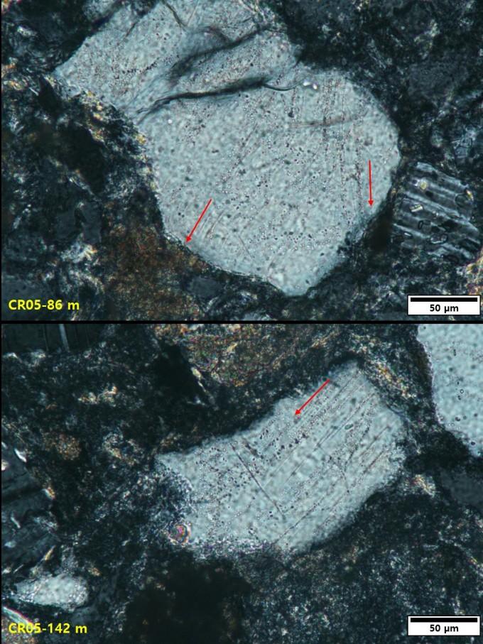 운석충돌시 발생하는 강력한 충격파 영향으로 만들어지는 86m 깊이와 142m 깊이의 석영 내 평면변형구조이다. 평행하게 길게 늘어선 홈처럼 보이는 흰색 선들(붉은색 화살표 방향)을 볼 수 있다. 지질자원연구원 제공.