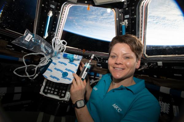 NASA의 우주 비행사 Anne McClain은 Marrow 실험을 위해 생체 의학 장비를 들고있는 큐폴라에서 사진을 찍었습니다. 이 연구 는 미세 중력에 노출되기 전과 후에 골수의 지방 변화를 측정합니다.