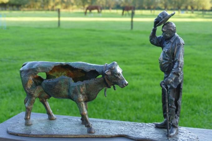 동물복지단체 ′GAIA′가 제작한 반 앨런 교수의 동상이다. 위 사진을 토대로 만든 동상은 소의 고기 부분이 사라져있다. 11kg 무게의 동상은 반 앨런 교수의 딸에게 선사됐다. GAIA 제공