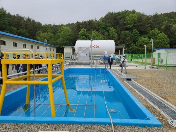 충남 예산 공주대 예산캠퍼스에 위치한 ′탄소포집저장활용(CCUS)′ 모사실증 테스트베드 현장. 사진 뒤쪽으로 이산화탄소를 저장하는 탱크와 해상으로 수송하기 위한 압력관을 모사한 테스트설비 등이 갖춰져 있다. 한국지질자원연구원 제공.