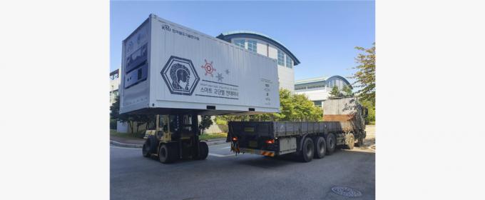 한국철도기술연구원 물류기술연구팀이 개발한 ′배터리 하이브리드 스마트 고단열 컨테이너'가 도로 시운전을 하고 있다. 한국철도기술연구원 제공