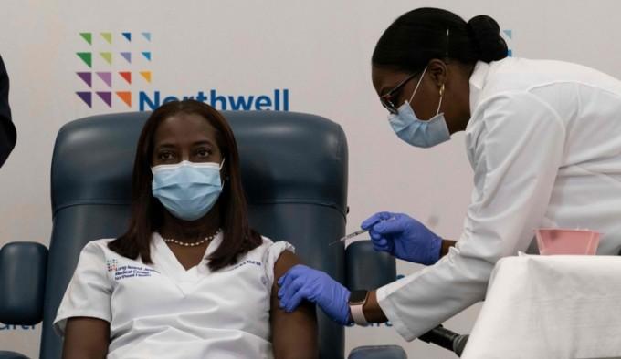 미국에서는 14일(현지시간) 뉴욕시 병원에서 일하는 자메이카 출신의 흑인 간호사가 신종 코로나바이러스 감염증(코로나19) 백신의 첫 접종자로 나섰다. AFP/연합뉴스 제공