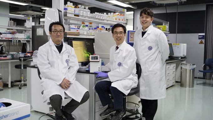 천진우 기초과학연구원(IBS) 나노의학 연구단 합동 연구팀이 코로나19를 17분 만에 진단할 수 있는 ′나노 PCR 기기′를 개발했다.  왼쪽부터 이재현 나노의학 연구단 연구위원, 정지용 연구원, 천진우 IBS 나노의학 연구단장. IBS 제공