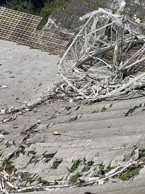 계기 플랫폼이 추락해 파괴된 아레시보 전파망원경의 반사판. 센트럴플로리다대 제공