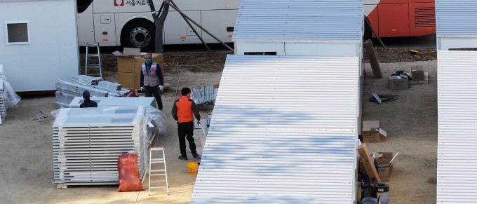 9일 서울 중랑구 서울의료원에서 코로나19 확산으로 인한 병상 부족을 막기 위한 컨테이너 이동병상 설치가 계속되고 있다. 연합뉴스 제공