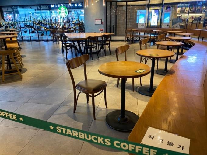 사회적거리두기 단계 상향으로 2일 서울 용산구에 위치한 스타벅스 매장 내 착석이 금지됐다. 고재원 기자 jawon1212@donga.com