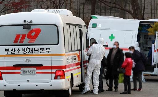 지난 1일 오후 부산 연제구 한 주차장에서 코로나19 환자들이 대구 동산병원으로 이송되고 있다. 연합뉴스 제공