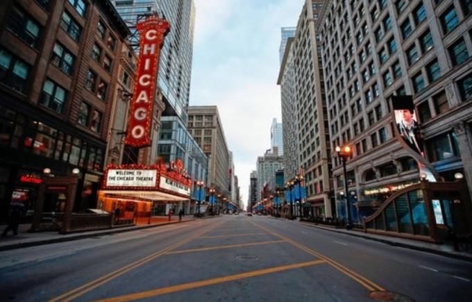 코로나19 확산으로 사라졌다. 번화가인 시카고 극장 앞도 한산하다. AFP/연합뉴스 제공