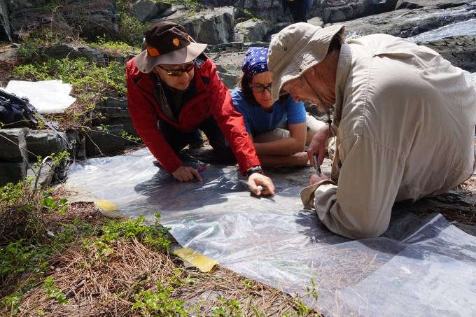 마틴 로클리 미국 콜로라도대 명예교수(오른쪽)가 공동연구자인 임종덕 국립문화재연구소 복원기술연구실장(왼쪽)과 국내 화석 현장을 살펴보고 있다. 임종덕 실장 제공